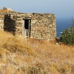 Η περιήγηση του Γιώργου Κυριακόπουλου στα ερειπωμένα σπίτια και υποστατικά του Αιγαίου